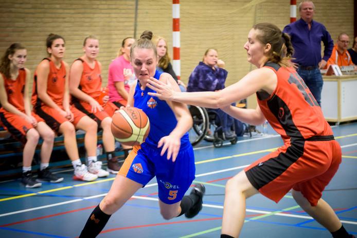 Basketbalsters van de Eindhovense club Almonte in actie.