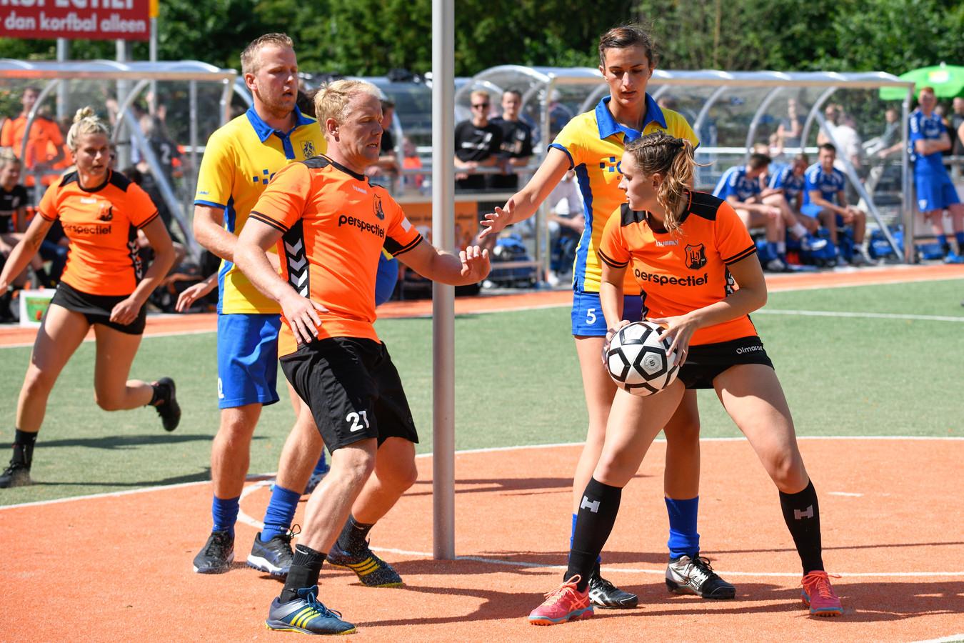 Unitas (oranje) ziet interim-trainer Erik van Hulsteijn vertrekken en voorzitter worden bij De Meeuwen.