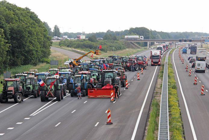 Boeren stonden eerder deze zomer met trekkers op de A1 tussen Hengelo en Apeldoorn.