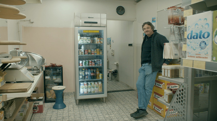 Albert Schillemans in zijn supermarkt. De Hulstenaar is geportretteerd in het EO-programma.