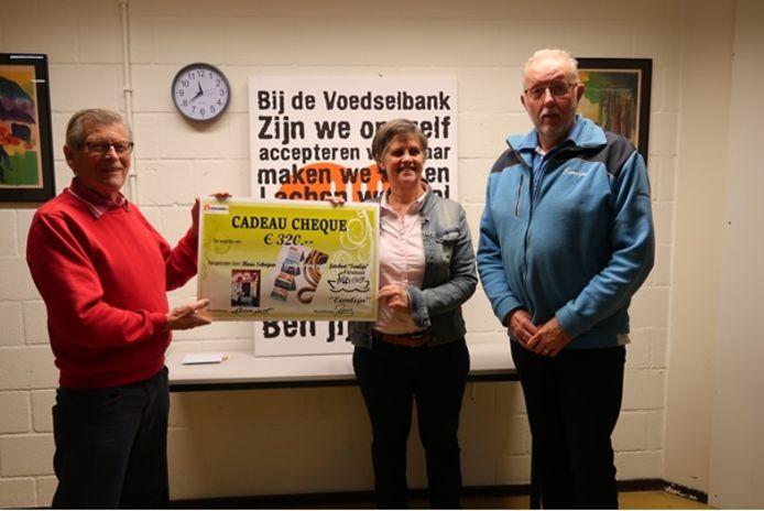 Floris Schrijver overhandigt de cheque aan Cieka Galenkamp van Voedselfocus Amersfoort. Rechts Gerrit Prins van Stichting Eemlijn.