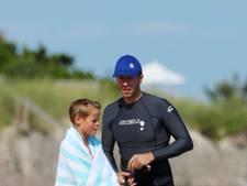 Chris Martin geniet van stranddagje met zoon Moses