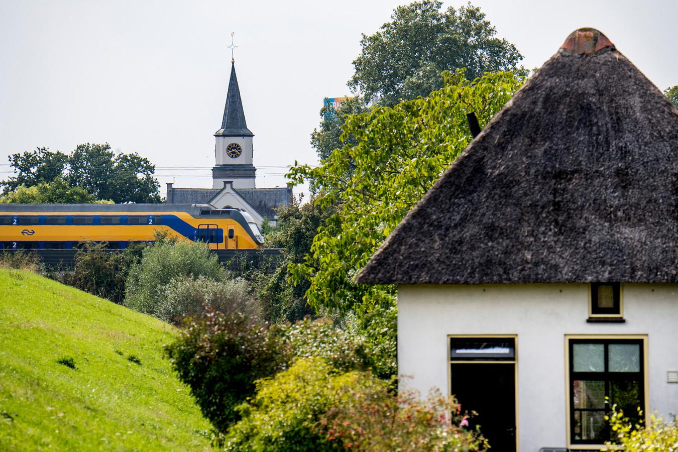 De Spoorwegovergang op de Waalbandijk in Waardenburg verdwijnt.