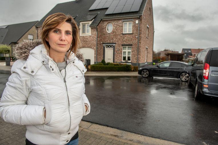 """Anneleen Goeminne bij de bewuste pijpenkop aan haar woning: """"Hier mag je ongestraft parkeren, waardoor de toegang tot mijn weide vaak versperd is"""""""