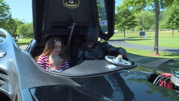 De peuter kreeg een bezoekje van Batman om zijn thuiskomst te vieren.