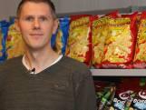 Wouter (41) zorgt dat er chips en nootjes in de schappen liggen