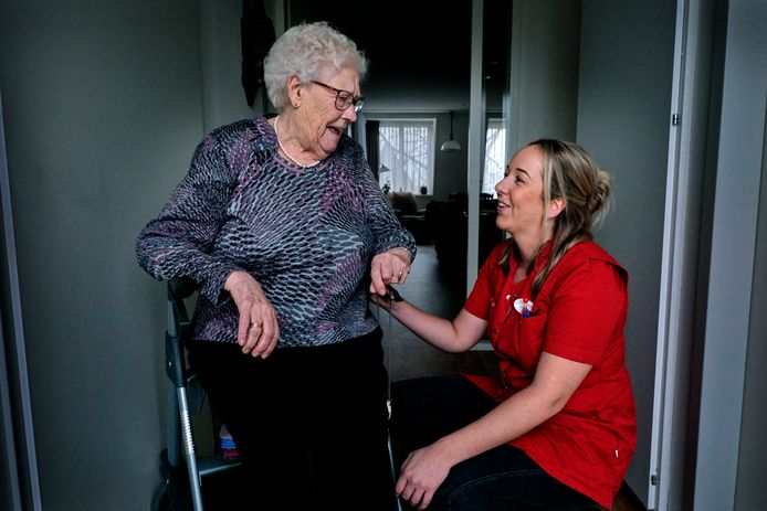 """Arina Uittenbogaard (91) uit Puttershoek wordt verzorgd door Marianne van der Wulp: ,,Dit zijn zulke lieve meiden. Ze doen alles wat ze kunnen."""""""