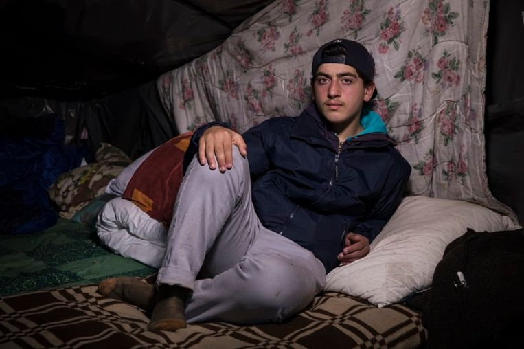 Sheru, 15, Afrin, Syrië. Sheru reist samen met zijn oudere broer Jano (18). Ze hebben drie jaar in Turkije in de textielindustrie gewerkt. Het liefst willen ze naar Nederland. 'Ik wil naar school,' zegt Sami. 'Daar ben ik al jaren niet geweest.' Beeld