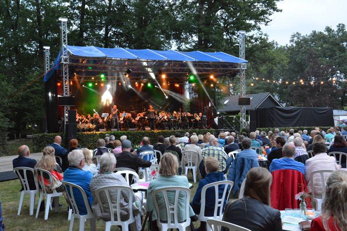 Het jaarlijkse openluchtconcert van de Plechelmus Harmonie is verplaatst van het openluchttheater in het kerkenbos naar het terrein van Boomkwekerij Notkamp aan de Zandhuizerweg.