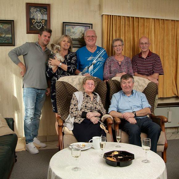 De 104-jarige Anna Vermeulen met haar familie en burgemeester Luc De Ryck, die de attenties van het koninklijk paleis en het gemeentebestuur uitreikte.