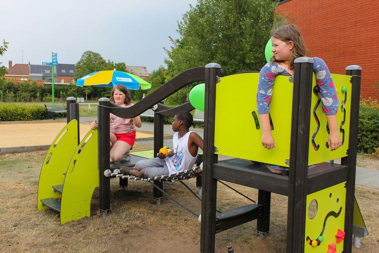 Ook kinderen kunnen zich amuseren op het nieuwe beweegplein