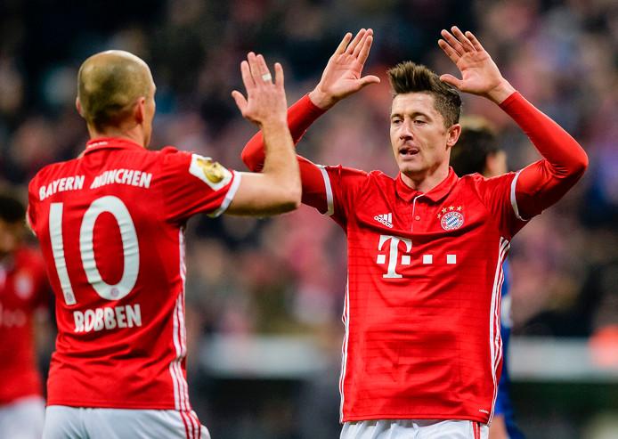 Bayern München-aanvaller Robert Lewandowski (rechts) viert een doelpunt met ploeggenoot Arjen Robben.