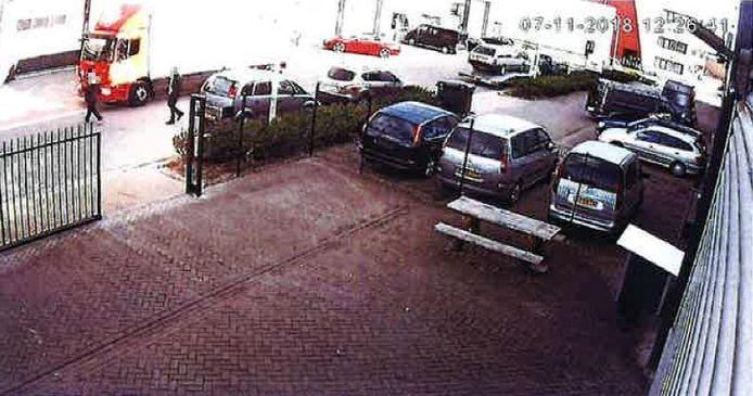 Een week voor de viervoudige moord waren de verdachten volgens justitie betrokken bij een gewelddadige afpersing in Hengelo. Links in beeld de verdachten.