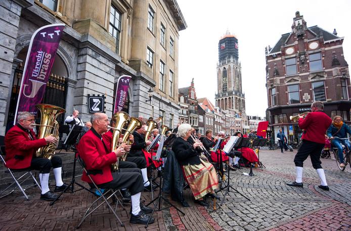 De brassband De Leemkuulers op de Stadhuisbrug.
