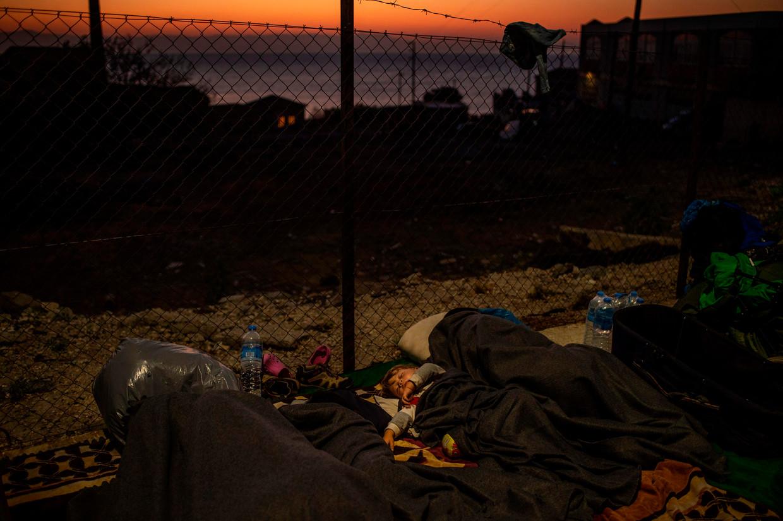 Asielzoekers slapen langs de weg op het eiland Lesbos nadat het kamp Moria is afgebrand.