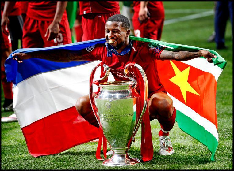 Georginio Wijnaldum viert het winnen van de Champions League met Liverpool met een gecombineerde Nederlandse en Surinaamse vlag. Beeld Pim Ras Fotografie