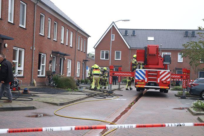 De brandweer heeft het vuur in de woning in Beneden-Leeuwen geblust.