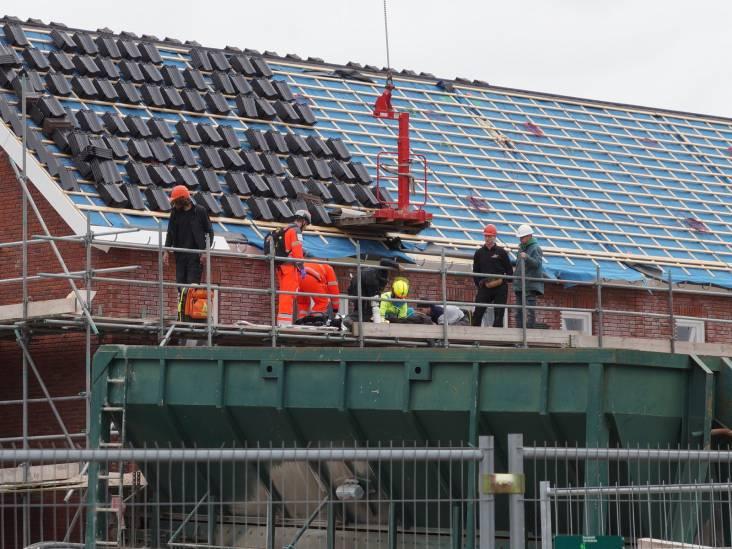 Bouwvakker valt van dak in Vlijmen, met spoed naar het ziekenhuis