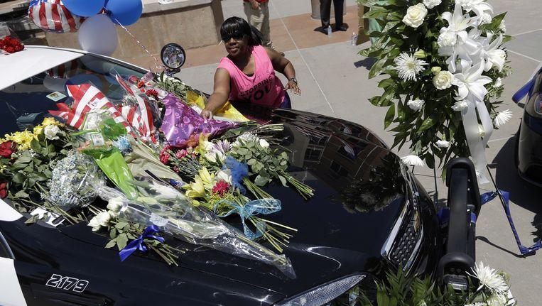 Een geïmproviseerde gedenkplaats voor de slachtoffers in Dallas Beeld ap