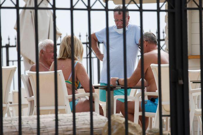 Toeristen op het terras van de hotel Costa Adeje Palace