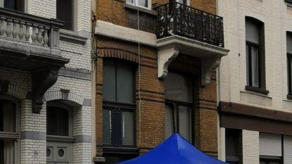 Man valt met zware ketting rond nek uit raam op tweede verdieping drugspand