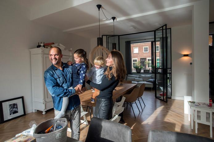De eerste bewoners zijn neergestreken bij de Klokkenberg: Bram, Juul, Jim en Anne Baaij in hun woning in het voormalige zusterhuis.