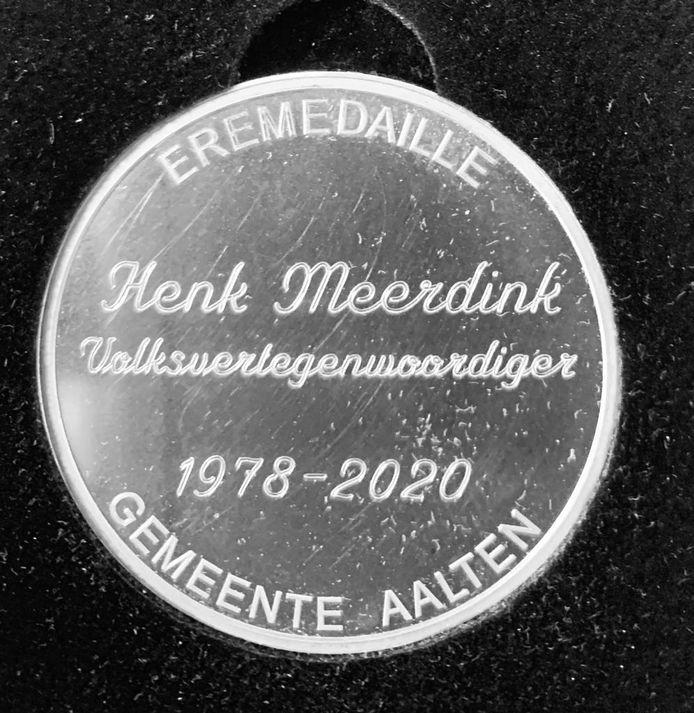 De eremedaille voor Henk Meerdink.