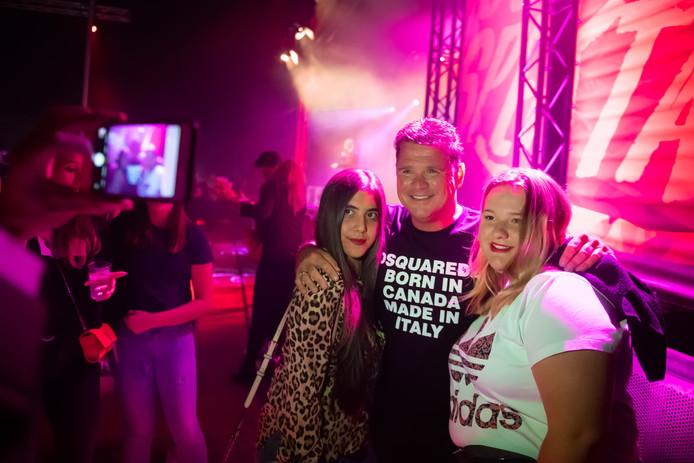 Veel bezoekers van de feestavond tijdens het Oosteinds Spektakel willen met Wolter Kroes op de foto.