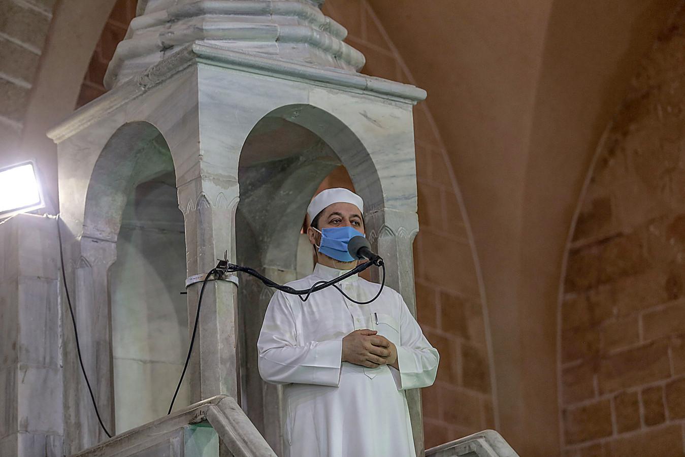Een imam in een moskee in Gaza City deed vandaag het gebed met een mondmasker op