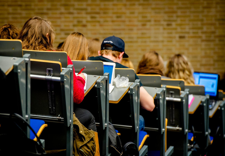 Archieffoto van studenten in een collegezaal.
