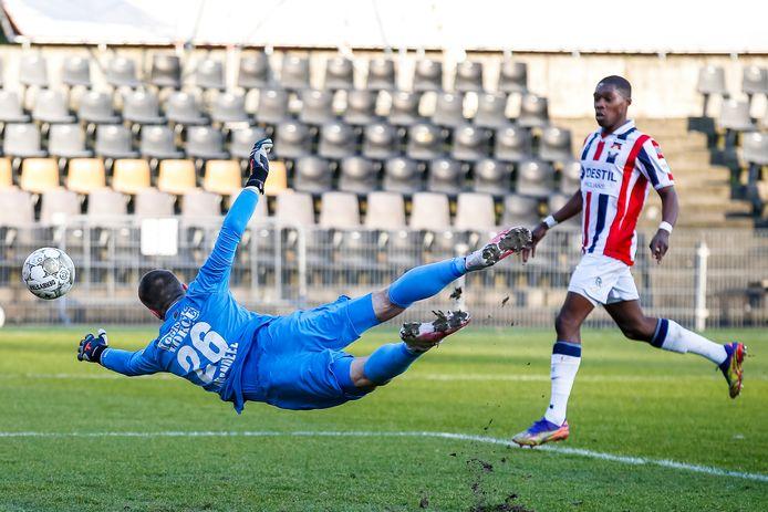 Willem II-keeper Jorn Brondeel duikt naar de bal in het uitduel met VVV.