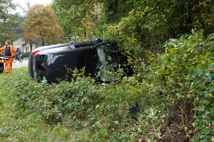 Auto over de kop geslagen in Vlijmen