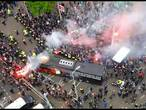 Kippenvel bij aankomst spelersbus Feyenoord op Woudestein