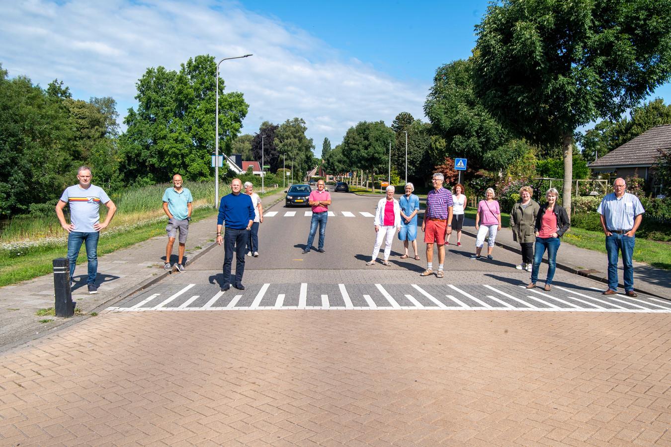 Bewoners van de Kievitstraat in Ommen, met onder anderen uiterst links Patrick Oldeman, vrezen drukte en een verkeersonveilige situatie als de scholieren via deze weg fietsen.