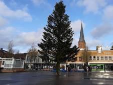 Hengelo heeft weer een gigantische kerstboom op de Markt