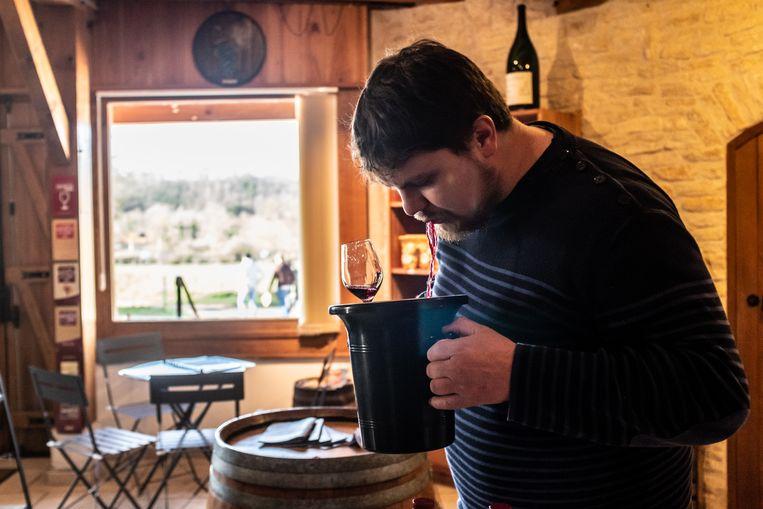Wijnmaker Quentin Gornouvel proeft zijn eigen wijn in de winkel van het wijnhuis in Saint-Père, nabij Vézelay. Beeld Joris Van Gennip