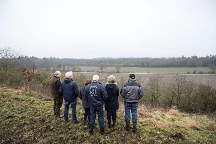 Buurtbewoners van voormalige vuilnisbelt Wekerom maken zich zorgen om het lekken van verontreinigd grondwater na het storten van de fundering van de uitkijktoren (archieffoto).