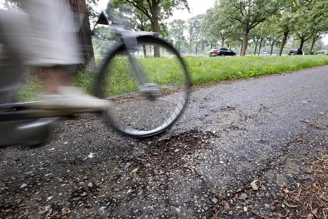 Door het lange droge weer zijn er in flink wat asfaltwegen scheuren ontstaan. Vooral in asfalt dat ligt op een ondergrond van klei en veen.