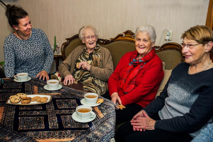 Annie de Rooij (tweede van Links) drinkt samen met enkele oud leerlingen koffie voor haar honderdste verjaardag