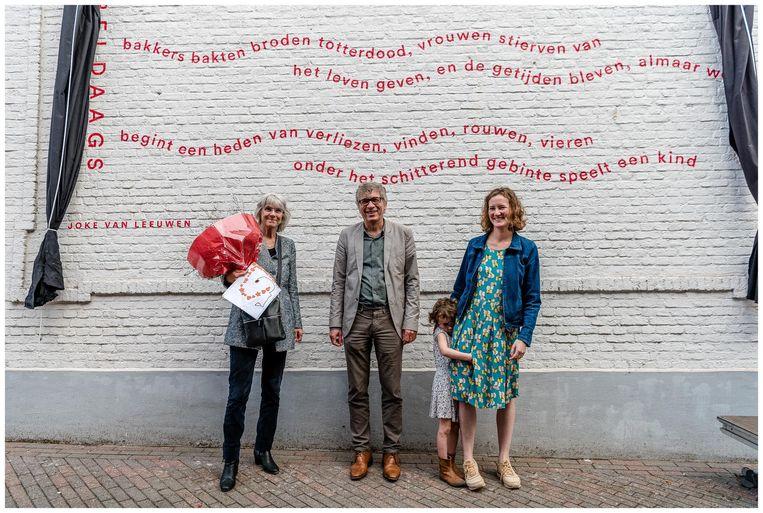 Schrijfster Joke Van Leeuwen (links) werd in de bloemetjes gezet.
