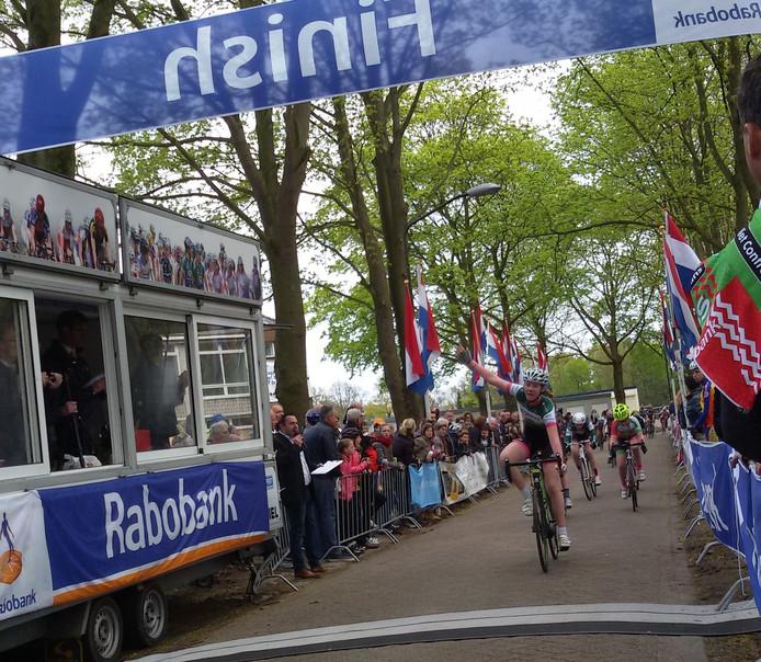 Nina Maathuis komt als eerste ovrr de streep in de Wielerronde van Sint- Michielsgestel in categorie 4