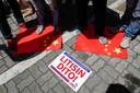 De aanvaring tussen een Chinees vaartuig en een Filijpijnse vissersboot leidde tot betogingen in Manilla. Demonstranten trapten op de Chinese vlag.