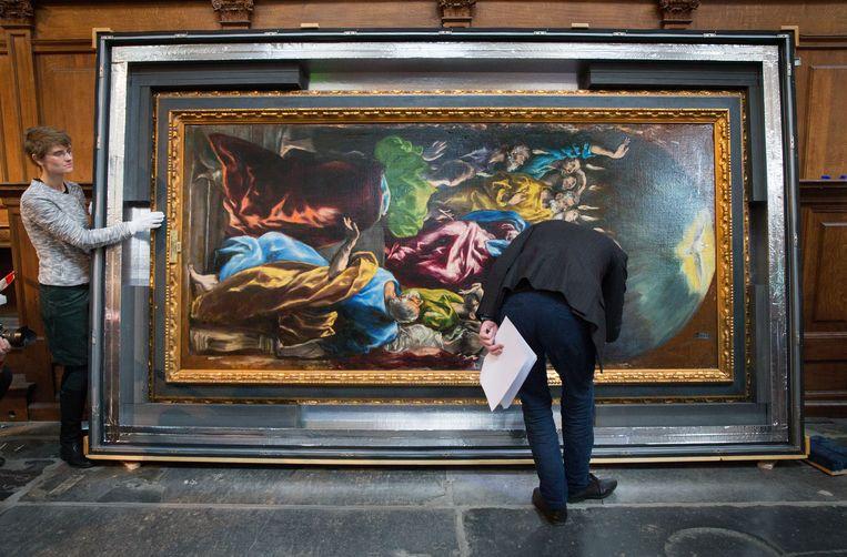 Prado conservator José Alvaro Perdices controleert El Greco's Pentecostés (Pinksteren) op eventuele beschadigingen na aankomst in de Nieuwe Kerk in Amsterdam, februari 2017. Beeld Jean-Pierre Jans