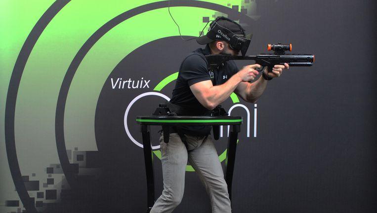 De Omni, een loopband voor gamers: als de speler loopt, beweegt het personage in het spel mee. Beeld Virtuix