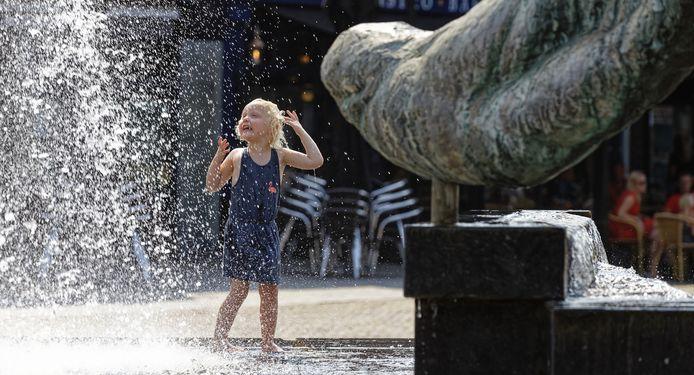 Kinderen op de kinderspeelplaats in Schijndel waren blij met de verkoelende fontein.