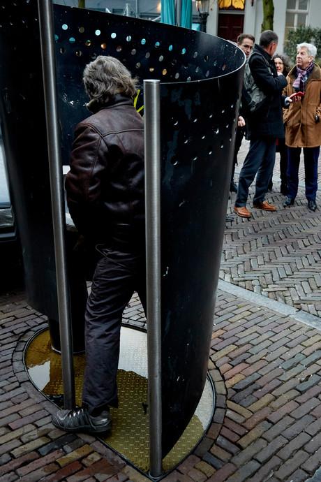 'Vrouwen, kom urinoirplassen in Amsterdam!'