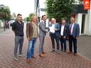 Voorzitter Alex Meerderink van ORDS overhandigt het aanvalsplan aan wethouder Ronald Haverkamp (in grijs pak). Aan de andere kant naast Meerdink Ben Denekamp. Verder van links naar rechts de ORDS-bestuursleden Johan Laarman, Rob Neijenhuis en Anne Bruger.