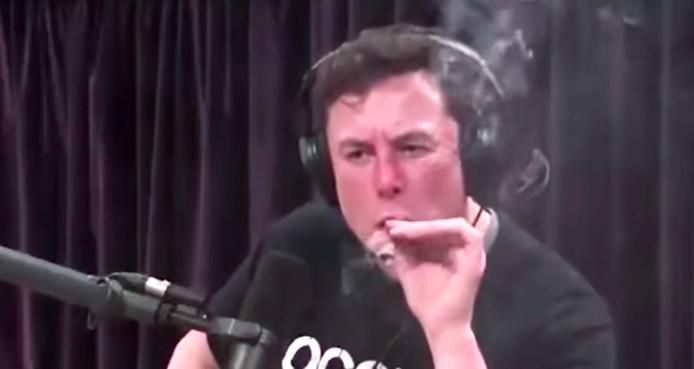 Vorige maand baarde Elon Musk opzien door in een liveshow op internet een joint te roken.