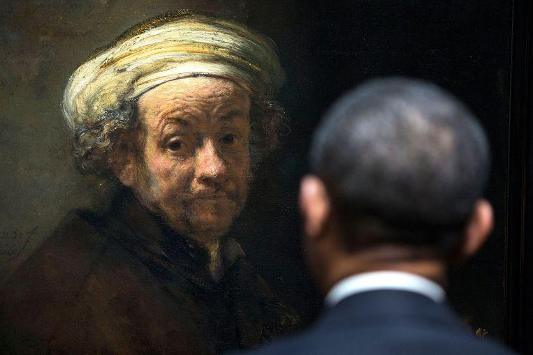 Ze kijken elkaar diep in de ogen: Rembrandt van Rijn en Barack Obama. Tijdens het bezoek van de Amerikaanse president maakte Obama's hoffotograaf Pete Souza deze betekenisvolle opname. Rijksmuseumdirecteur Pijbes: 'Tijdens de rondleiding met Obama vertelde ik over de democratische waarden in het 17de-eeuwse Holland, over Vermeer en Frans Hals. Dat interesseerde hem matig. Totdat hij bij Rembrandt aankwam. Met de echte mensenschilder heeft hij een klik.' Beeld Pete Souza/ The White House