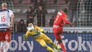 KIJK LIVE. Niet te geloven: Lamkel Zé eist penalty op tegen de zin van Bölöni en mist!
